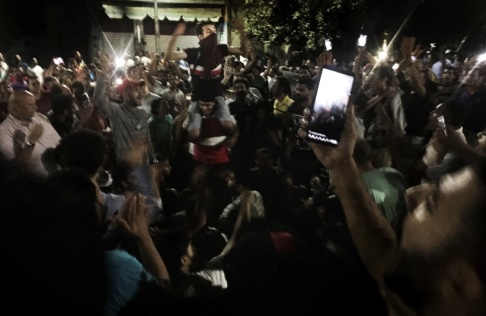 Nariman El-Mofty/AP/TT Demonstranter ropar slagord mot regimen i Kairo.
