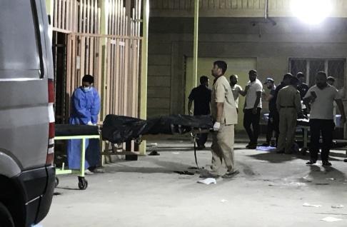 Läkare transporterar ett av offren till ett sjukhus i den shiitiska heliga irakiska staden Karbala, 100 km söder om huvudstaden Bagdad den 20 september 2019. - Minst tolv civila dödades i en bombsprängning på en buss vid norra kanten av Karbala, sade medicinska tjänstemän. (Foto av Mohammed SAWAF / AFP)
