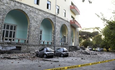 Hektor Pustina/AP/TT Parkerade bilar i Tirana som träffats av nedfallande bråte i samband med jordbävningen.