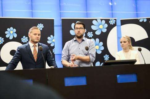 STOCKHOLM 20180816 Sverigedemokraternas ledare Jimmie Åkesson (SD) presenterar partiets nya talespersoner Henrik Vinge och Ebba Hermansson vid en pressträff i riksdagens presscenter. Foto: Hanna Franzén / TT. Arkivbild.
