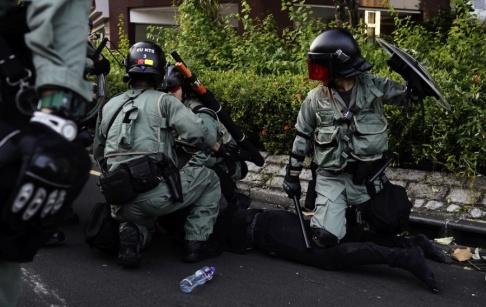 Vincent Yu/AP/TT Kravallpolis i Hongkong under söndagens demonstrationer. Amnesty International vill att Hongkongpolisen utreds.