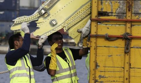 Achmad Ibrahim Delar av flygvraket från det kraschade Lion air-planet tas om hand för utredning i Jakarta. Arkivbild.