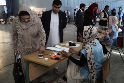 Rahmat Gul Ashraf Ghani, Afghanistans president, lägger sin röst. Han hoppas bli omvald för en andra mandatperiod i dagens val.