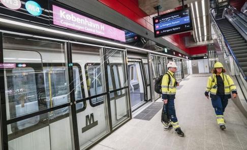 Johan Nilsson/TT Fejande in i det sista på stationen på Köpenhamns centralstation i veckan. Nu drar trafiken i gång på den nya tunnelbanelinjen Cityringen i Köpenhamn.