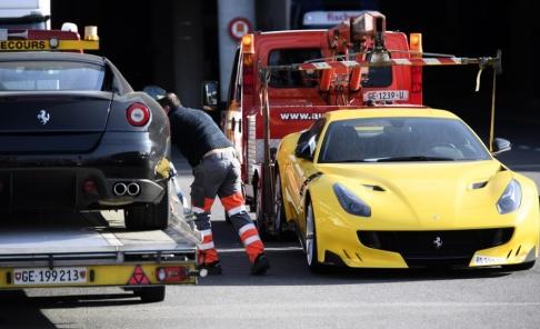 Laurent Gillieron/AP/TT På bilden bogseras två Ferraribilar bort av polisen vid Genèves flygplats 2016 sedan de beslagtagits i samband med en korruptionsutredning mot Ekvatorialguineas vicepresident. Nu ska en samling av hans lyxbilar säljas på auktion. Arkivbild