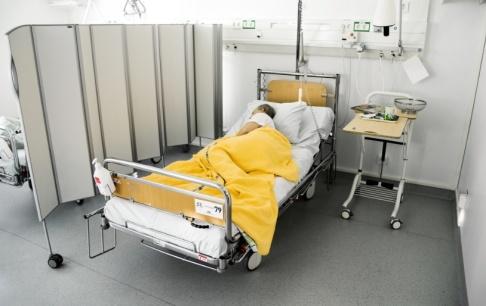 Claudio Bresciani/TT Alltfler svårt sjuka patienter måste flyttas på grund av resursbrist. Arkivbild.