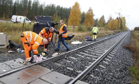 Pär Bäckström/TT Två personer omkom när ett tåg krockade med en personbil vid en obevakad järnvägsövergång norr om Boden.