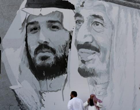 Amr Nabil/AP/TT Ett porträtt av Mohammed bin Salman och fadern kung Salman i Riyad. Kungen är nu så gammal att kronprinsen anses att i praktiken styra landet.