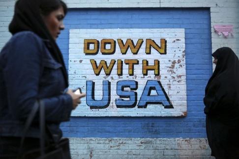"""Ebrahim Noroozi/AP/TT """"Ned med USA"""". Budskapet har fyllts i med ny färg genom åren."""