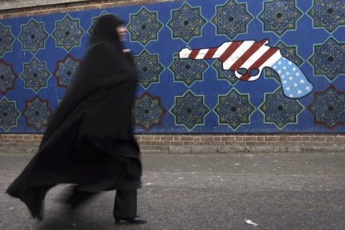 Hasan Sarbakhshian/AP/TT Iran tar bort anti-amerikanska målningar för att ersätta dem med helt nya på samma tema.