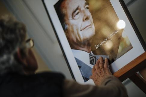 Kamil Zihnioglu /AP/TT En kvinna visar sin respekt för Frankrikes förre president Jacques Chirac som avled i torsdags.