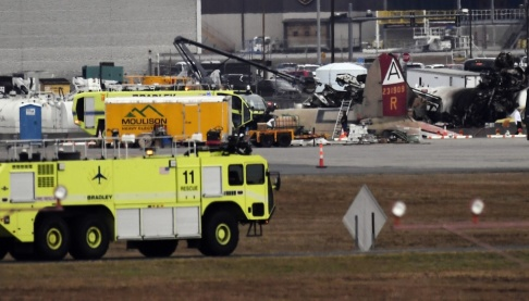 Jessica Hill/AP/TT Räddningsstyrkor vid olycksplatsen i Connecticut.