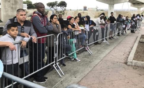 Elliot Spagat/AP/TT Asylsökande i Tijuana i Mexiko vid en gränsövergång till USA. Arkivbild