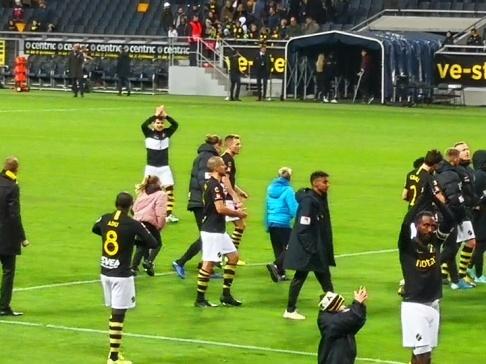Några av dagens AIK-spelare, tillsammans med unga, blivande AIK-spelare, tog emot pubilkens jubel direkt efter matchen. Foto: Läsarbild/Mikael Nordström.