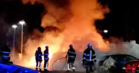 En explosion väckte boende i Märsta, och flera bilar brinner i området. Läsarbild.