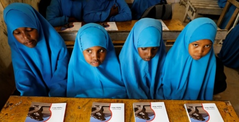 Flickor i en grundskola i Somalia. Foto: Feisal Omar. Reuters/TT. Arkivbild.