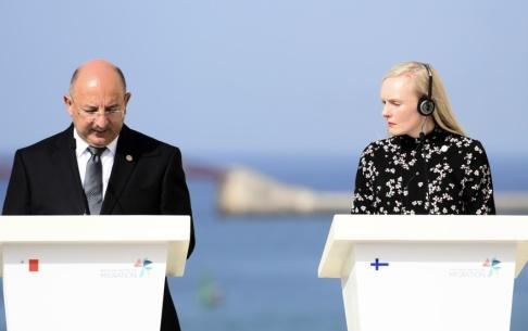 Jonathan Borg/AP/TT Maltas inrikesminister Michael Farrugia och Finlands Maria Ohisalo håller presskonferens i Valletta efter en uppgörelse om båtflyktingar på Medelhavet den 23 september. Arkivfoto.