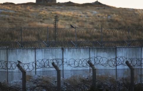 Lefteris Pitarakis/AP/TT Bild tagen från den turkiska sidan av gränsen mot Syrien på tisdagen.