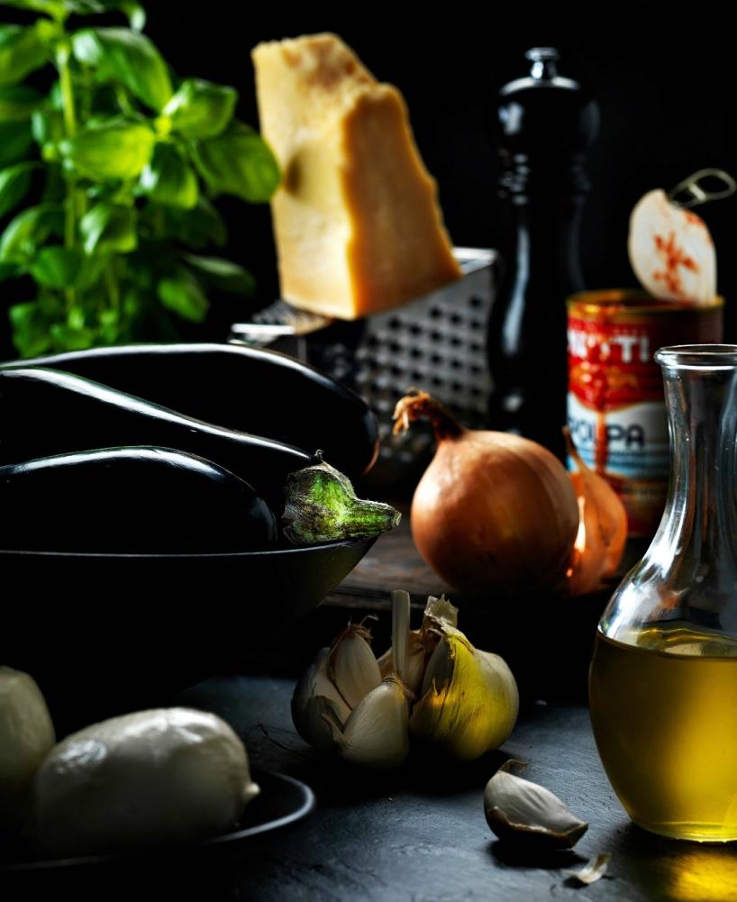Melanzane-råvaror-aubergine-parmesanost-tomater