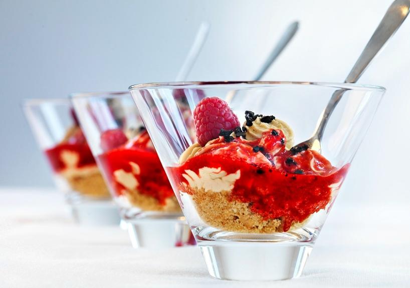 Lakritscheesecake-hallonsås