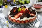 Citrusfromagetårta med jordgubbar, chokladflarn & hallonsås