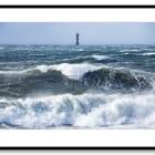 Stormigt hav med Svinbådans fyr i bakgrunden. Viken
