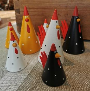 Koniska kycklingar i trä - Gul 11 cm