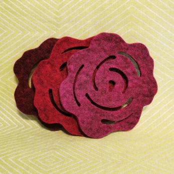 Tovade grytunderlägg - rosor - Vinröd