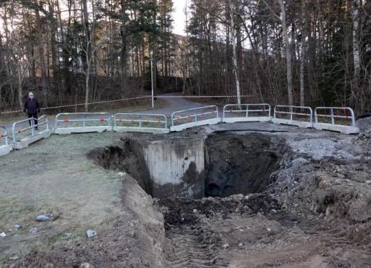 Bild från Lidingösidan för ett år sedan. Här gick vattenledningen sönder. Svevia fick gräva extra långt ner för att kunna frilägga. Hösätrahusen i bakgrunden.