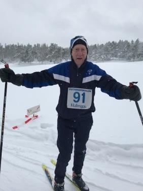 Lennart Centerlind, segrare i 80 års klassen tog skidorna både till och från tävlingsplatsen eftersom vägarna tidigt på morgonen var oplogade.