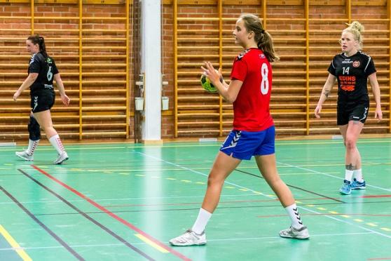 Ebba Suurwee sätter den avgörnde bollen på straff i sista minuten.