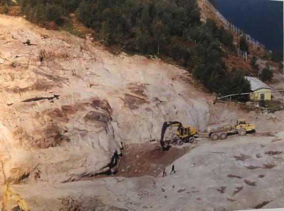 Ett ytterst noggrant saneringsarbete utfördes inom hela området. Berget frilades och förorenad jord sanerades på plats och ren jord lades tillbaka. Foto: Lars G Karlsson.