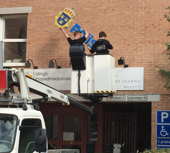 Polisen tog ner skylten 2016. Debattören tycker det är dags att ta bort den från dörren också. Foto: Lidingösidans arkiv.