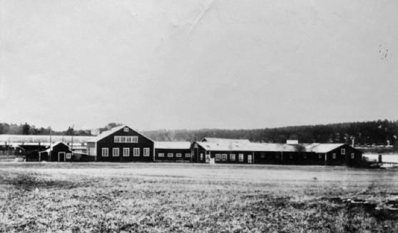 Varvet var fullt utbyggt 1937. Från vänster ses lilla förvaringsskjulet, stora verkstaden med smedja och mekanisk verkstad, därefter stora förvaringsskjulet som i ena hörnet innehåller lägenhet och kontor. Stora verkstaden till vänster i bild finns fortfarande kvar idag. Foto: Lidingö Stadsarkiv.