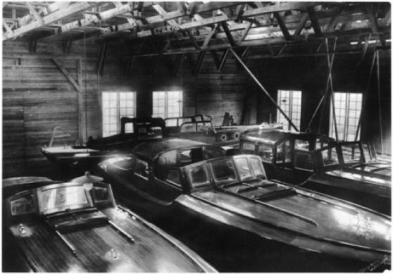 Stora förvaringsskjulet 1933. Här vinterförvarades och rustades många vackra Fröbergs-byggen. I mitten ses m/s Graziella, en halvsalong-motorbåt. Foto: Sjöhistoriska museet.