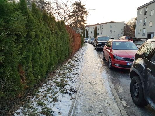 En trottoar på Källängsvägen innan sandbilen hann dit.