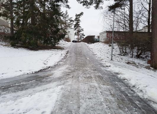 Man går hellre på snön vid sidan av den snöröjda, men ändå katastrofalt halkiga gångvägen.