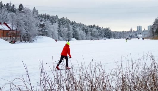 Du kan både åka skidor soch skridskor på Kottlasjön. Läsarbild.
