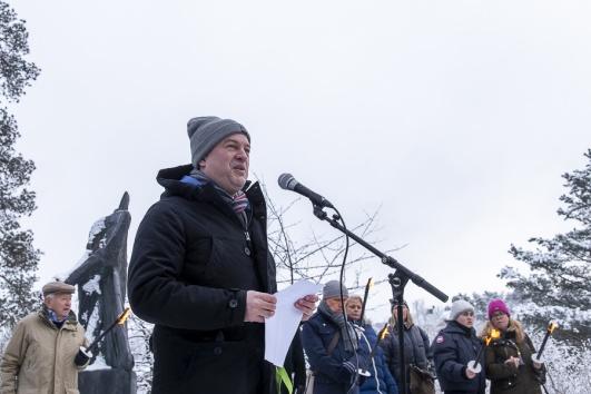 Kommunstyrelsens ordförande Daniel Källenfors höll tal och en tyst minut.