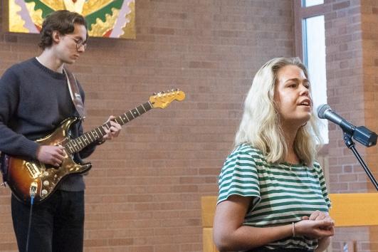 Fin sång framfördes av Ellinor Pålson, på gitarr: Elvin Ro.