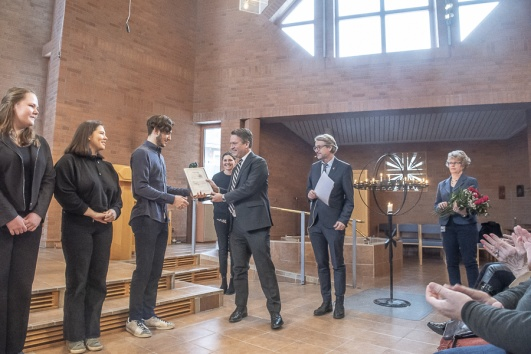 Hersby gymnasium får pris. Daniel Källenfors delar ut priset.