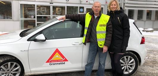 Grannsamverkaren Kjell Jansson och stadens preventionssamordnare Anna Sundin Adolfsson, framför den nya, eldrivna grannsamverkansbilen.