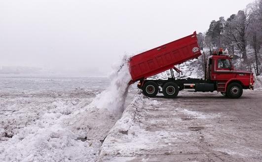 Snötippning vid Larsbergs brygga. Foto: Lidingösidan arkiv.
