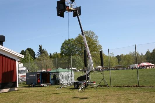 Community M4 hornhögtalare i skylift och JBL CBT 70 på stativ