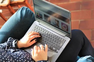Bilden föreställer händer som skriver på en laptop. CH Digitalbyrå hjälper dig och ditt företag med texter till era digitala kanaler.