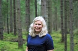 Charlotta Hurtig; digital kommunikatör på CH Digitalbyrå och naturälskare. Bilden föreställer Charlotta i skogen.