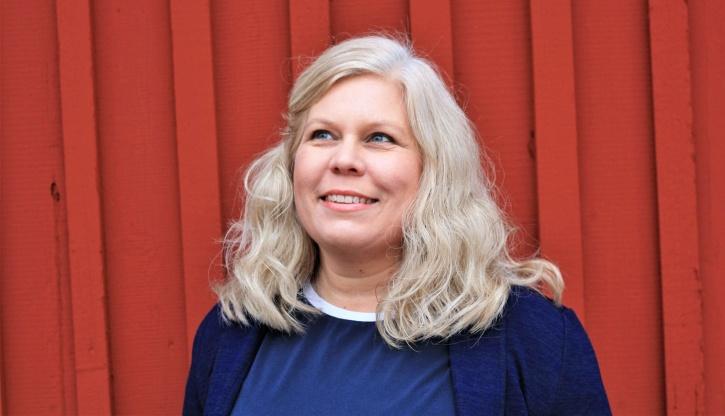 Bilden föreställer Charlotta Hurtig som är digital kommunikatör och driver en liten digital byrå - CH Digitalbyrå! Faluröd bakgrund.