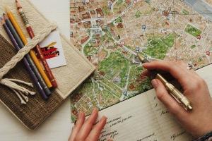 En stadskarta och en hand som håller en penna. Ta fram en digital strategi för att veta vilken väg du och företaget ska gå i den digitala djungeln.