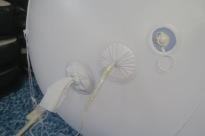 Undersida på jätteballong zeppelinare. Från vänster: luftmunstycke, sladd till ledbelysning, munstycke till Heliumgas.