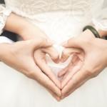 Händer som hjärtan brudpar